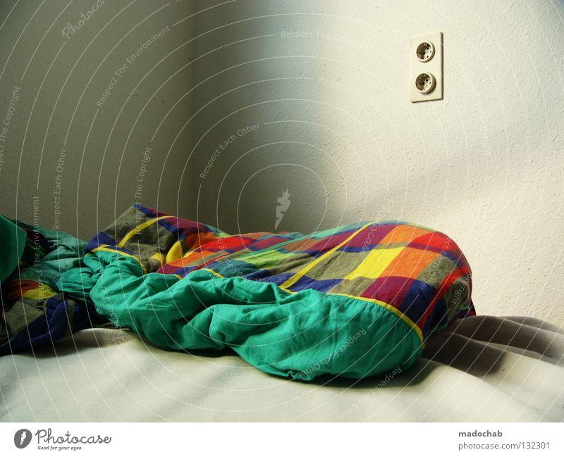 KALT UND LEER Einsamkeit Erholung Traurigkeit leer schlafen Trauer Bett Bettwäsche Morgen Verzweiflung Steckdose Schlafzimmer Bettdecke vermissen aufstehen