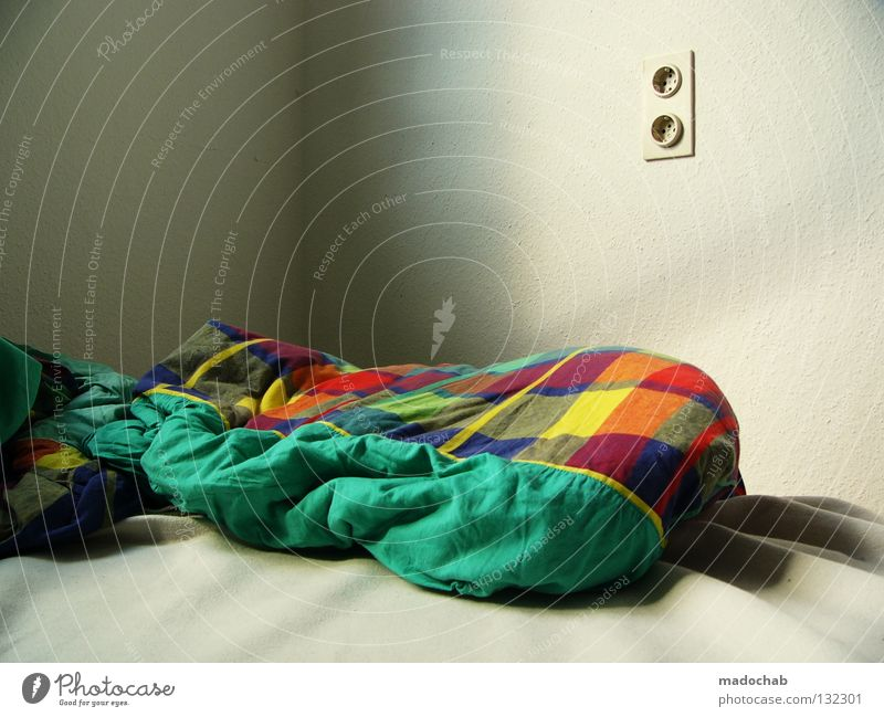 KALT UND LEER Einsamkeit Erholung Traurigkeit leer schlafen Trauer Bett Bettwäsche Morgen Verzweiflung Steckdose Schlafzimmer Bettdecke vermissen aufstehen Schlafsack