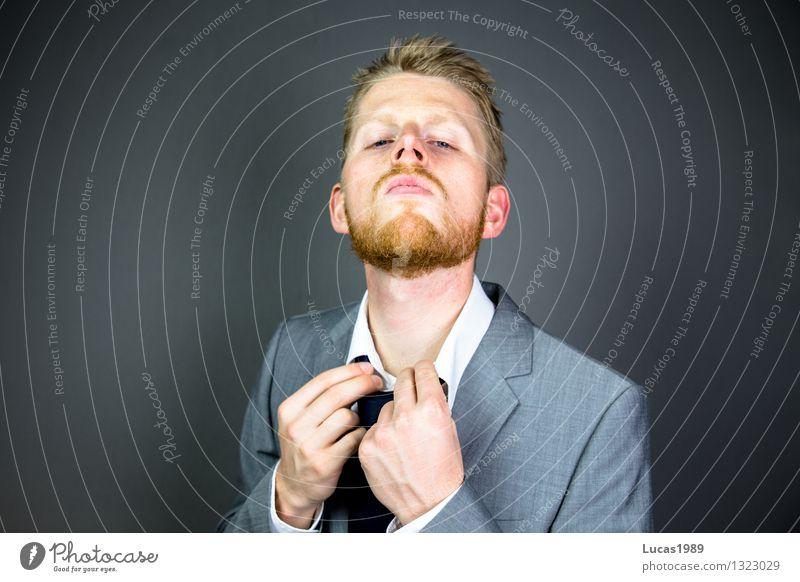 Mann richtet seine Krawatte oder sein Hemdkragen Studium Prüfung & Examen Arbeit & Erwerbstätigkeit Beruf Büroarbeit Wirtschaft Kapitalwirtschaft Börse