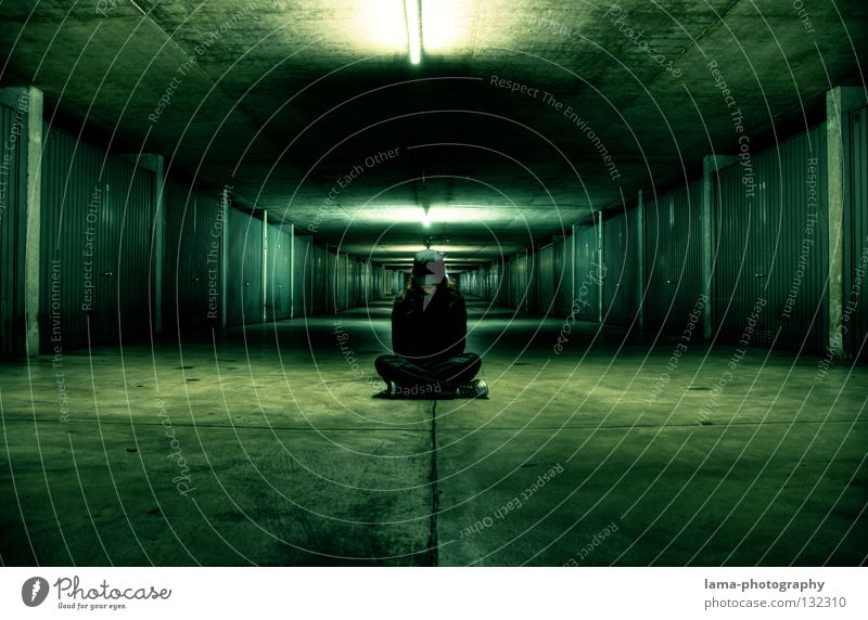 200 - The next level Mensch grün schwarz Straße dunkel Lampe träumen Stimmung Beleuchtung Zeit Raum Angst außergewöhnlich warten sitzen Mund