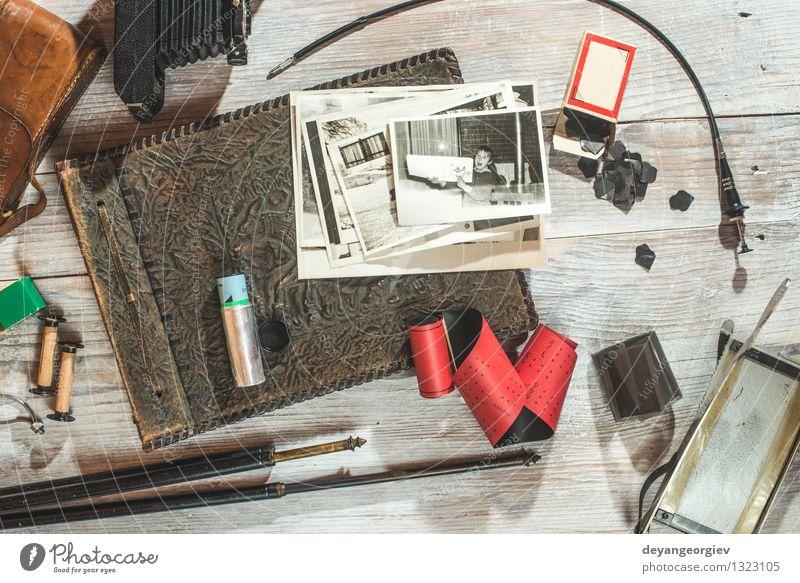 Vintage Fotokamera und Fotomaterial Stil Ferien & Urlaub & Reisen Tisch Mode Accessoire Papier alt retro braun schwarz Nostalgie altehrwürdig Fotografie