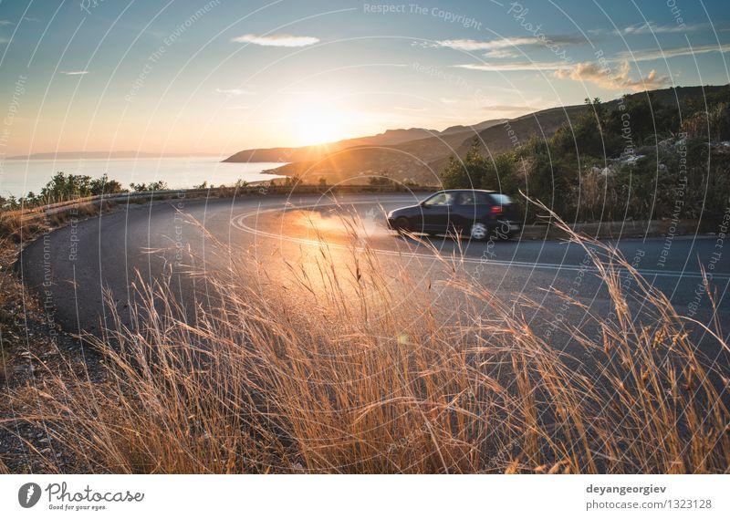 Mediterrane Straße am Sonnenuntergang Ferien & Urlaub & Reisen Berge u. Gebirge Umwelt Natur Landschaft Erde Himmel Herbst Baum Gras Wald Felsen Schlucht Dorf