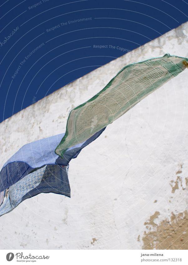 eine leichte Brise Himmel blau weiß Ferien & Urlaub & Reisen Erholung Wand Wärme Mauer Luft Wind Streifen Stoff Physik gestreift kariert wehen