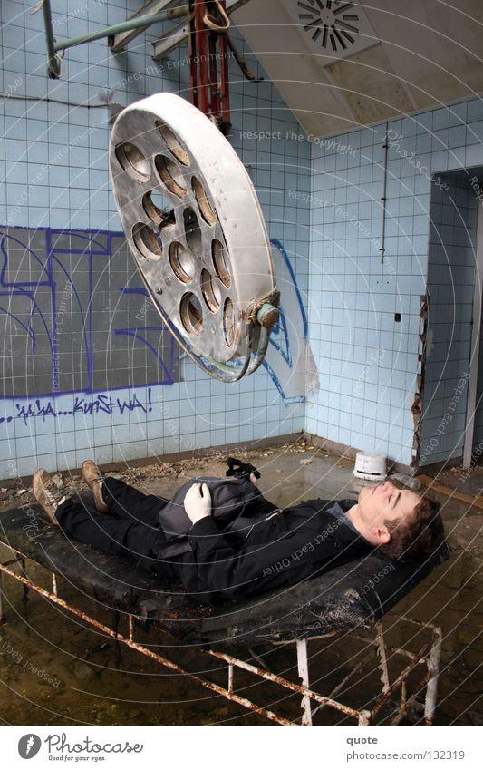 Krankenhausbesuch Lampe Graffiti dreckig kaputt verfaulen verfallen Liege Brandenburg Zerstörung Handschuhe Rucksack Chirurgie