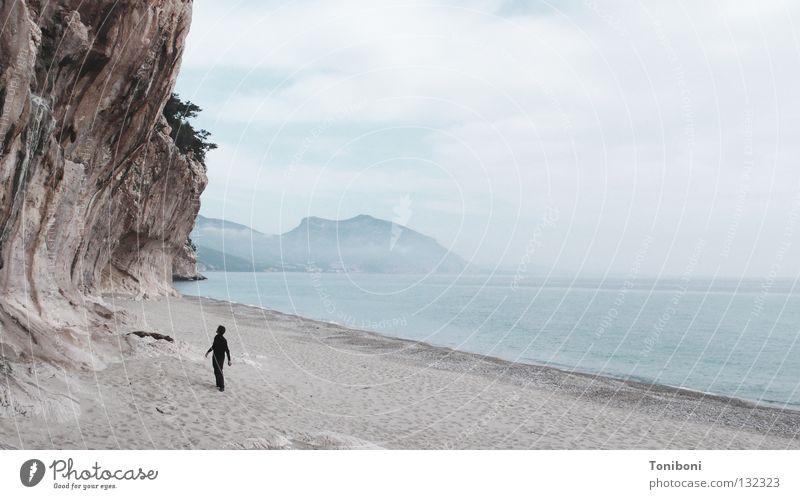 Der schwarze Mann und das Meer (und der Fels) Felswand Strand Wolken Einsamkeit taumeln Sardinien Italien Kalk klein verwundbar sensibel schlechtes Wetter Angst