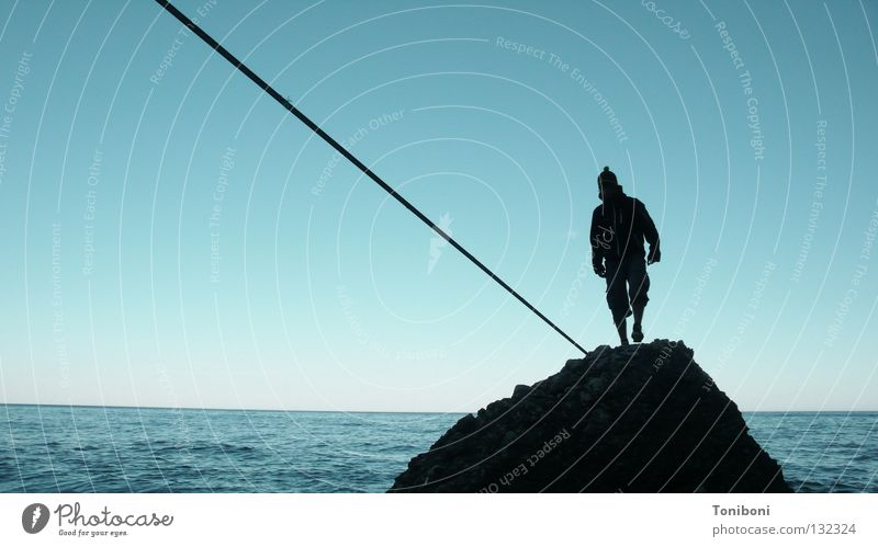 Slackline Zufriedenheit Meer Mann Artist Küste diagonal zielstrebig Sardinien Italien Silhouette Abendsonne Strand Funsport Seiltanz Felsen Sport Konzentration