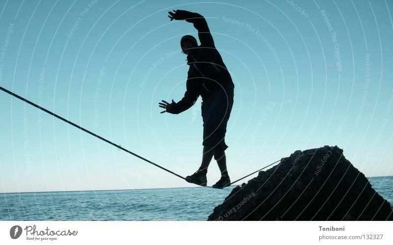 Slackline II Zufriedenheit Spielen Ferne Meer Insel Sport Seil Mann Erwachsene Arme Hand Himmel Felsen Küste fallen Mut Sicherheit Gelassenheit ruhig