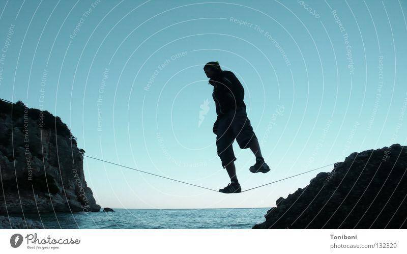 Slackline III Mann Himmel Meer Strand Ferne Sport Zufriedenheit Küste Seil Felsen Coolness Insel Italien fallen Konzentration