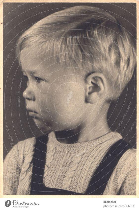 süsser Knabe Kind schwarz weiß Porträt blond niedlich Junge