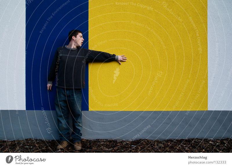 BlauGelb.Suche Mann blau gelb Farbe Wand Linie warten Horizont Macht Kommunizieren stehen Barriere links vertikal rechts horizontal