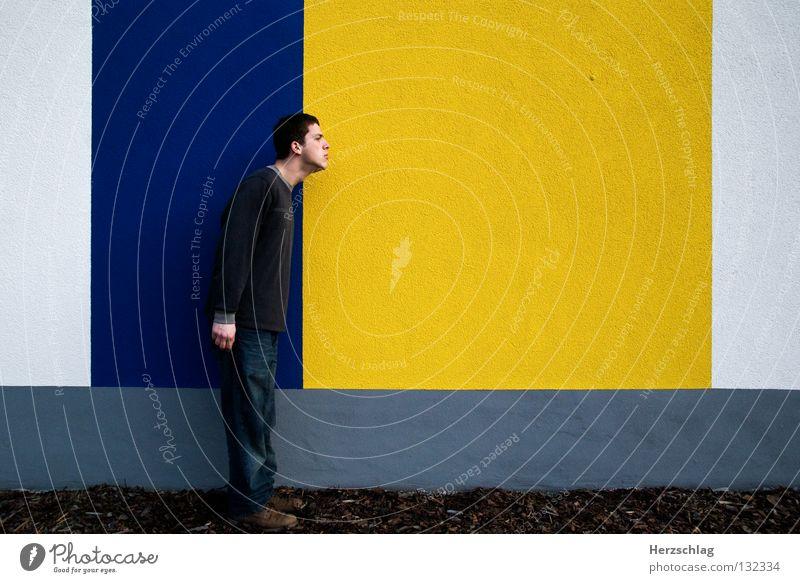 BlauGelb.Durchbruch ! Mann blau gelb Farbe Wand Linie warten Horizont Macht Kommunizieren stehen Barriere links vertikal rechts horizontal