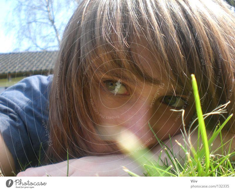 reckless of danger Frau Gras Gedanke Physik Denken leer Jugendliche Gesicht Rasen Blick Wärme ausdruckslos Graffiti liegen Momentaufnahme Außenaufnahme