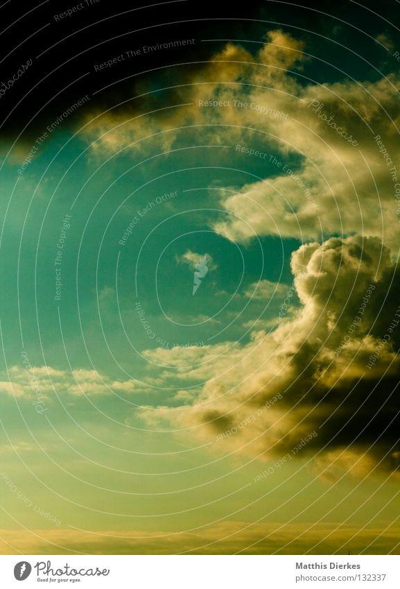 Aprilwetter Wolken Sturm Orkan Regen himmlisch Donnern grün gelb hässlich ungemütlich Unwetter Frühling Horizont über den Wolken Altokumulus floccus kalt