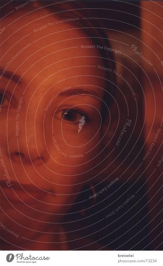 Wer guckt da? Porträt Hälfte feminin Denken rot Frau Gesicht Auge Nase Mund