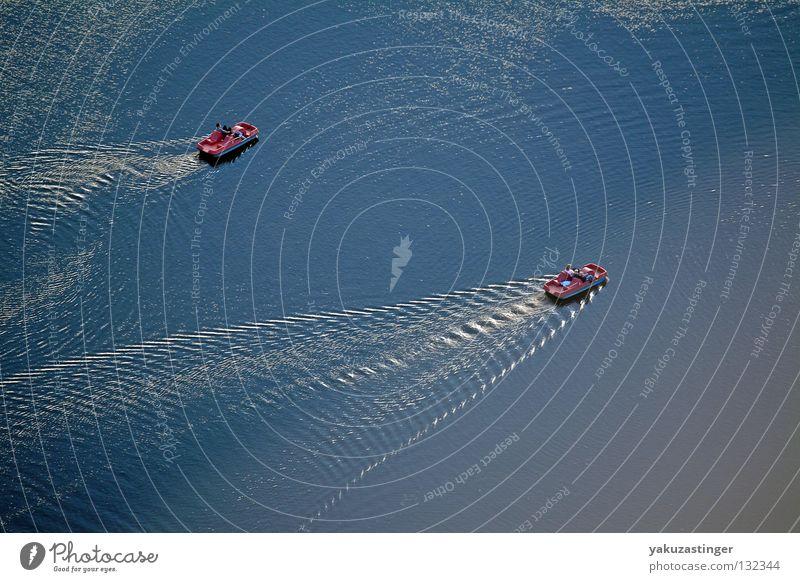 im Tretboot in Seenot Wellen Ruderboot Sommer Physik Kühlung Wasser Olympia See Lake Wärme