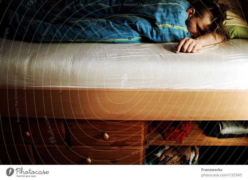 Müde Schubladen. Mann ruhig Erholung Wärme Bekleidung schlafen Bett kaputt liegen Physik Müdigkeit Typ gemütlich Decke kuschlig bewegungslos