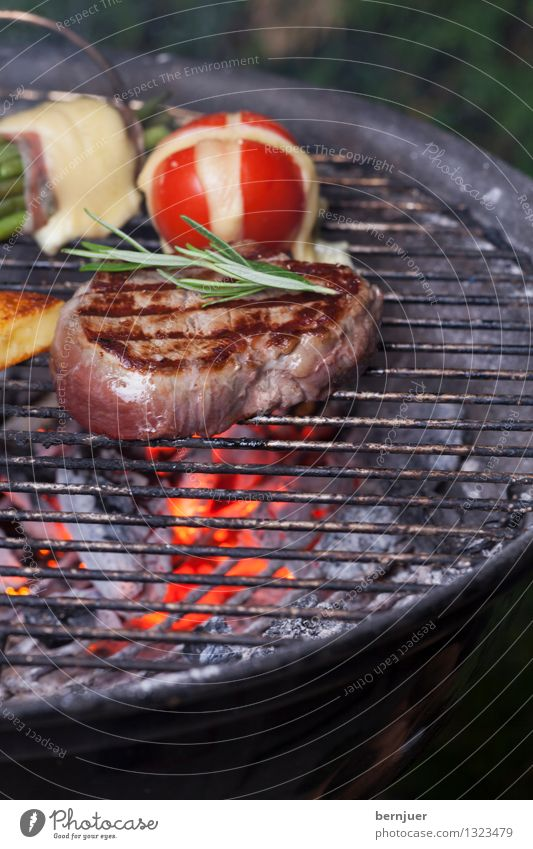 Mjamm Lebensmittel Feuer Kräuter & Gewürze Gemüse gut Bioprodukte Fleisch Abendessen Tomate Grill Käse Steak Rosmarin Bohnen Glut Grillrost
