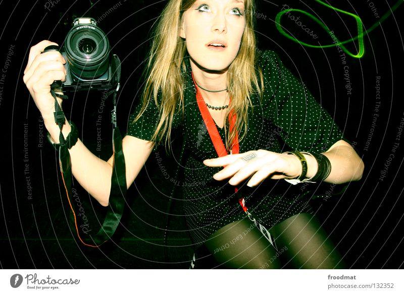 shooting in action Frau Hand schön Freude Gesicht Kunst Beleuchtung Arbeit & Erwerbstätigkeit Tanzen Arme Suche Aktion Perspektive süß Fotokamera heiß