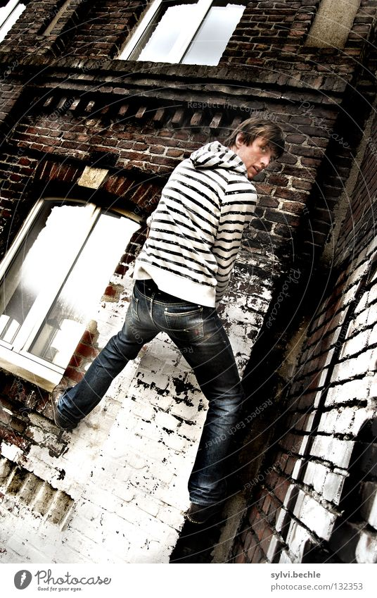 ungesichert Mensch Mann alt Freude Haus Erwachsene Fenster Graffiti Wand Bewegung Freiheit Mauer hoch Erfolg gefährlich bedrohlich