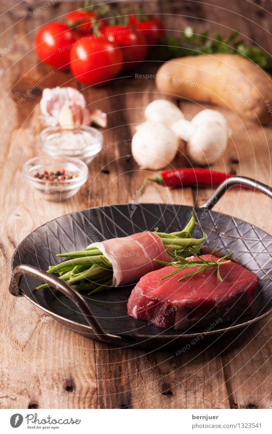 Los geht's Lebensmittel Fleisch Gemüse Kräuter & Gewürze Abendessen Bioprodukte Pfanne Billig gut braun rot Steak Rindersteak Bohnen Speck Speckbohne