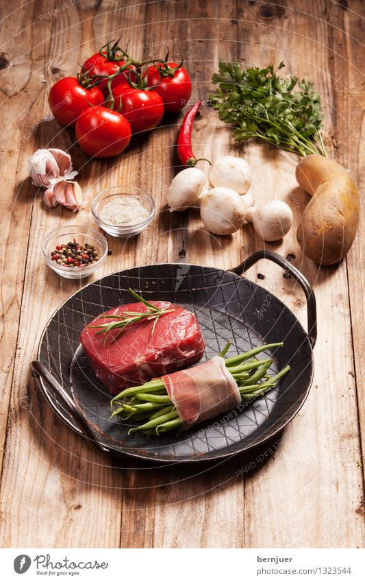 Wird lecker Lebensmittel Fleisch Gemüse Kräuter & Gewürze Bioprodukte Pfanne gut braun rot authentisch gefräßig Steak roh Champignons Kartoffeln Pfefferkörner