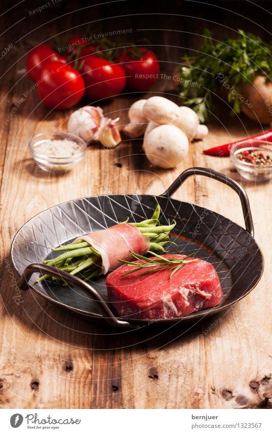 Der Beginn eines wunderbares Essens Lebensmittel Fleisch Gemüse Pfanne Billig gut Steak roh Bohnen Speck Eisenpfanne Salz Tomate Champignons Pfeffer Chili