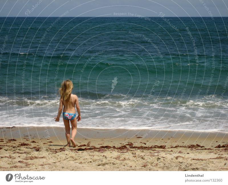 Fantastic Sea IV Kind Mädchen Meer Strand Küste Perspektive Schaum Begeisterung Klippe staunen hocken