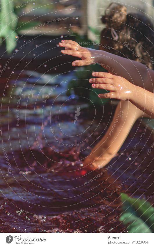 Spritzwasser feminin Mädchen Arme Hand Finger 2 Mensch Kindergruppe 3-8 Jahre Kindheit Urelemente Wassertropfen Schwimmen & Baden Spielen Fröhlichkeit rot