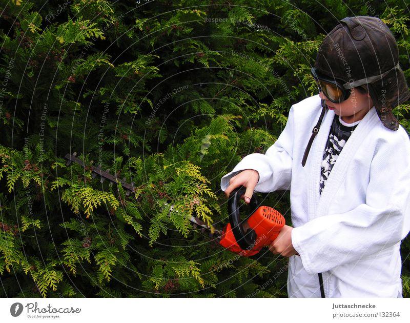 Der Baumchirurg Kind Arbeit & Erwerbstätigkeit Junge Garten Arzt gefährlich bedrohlich Sträucher Schutz Werkzeug Verbote Gartenarbeit geschnitten elektrisch