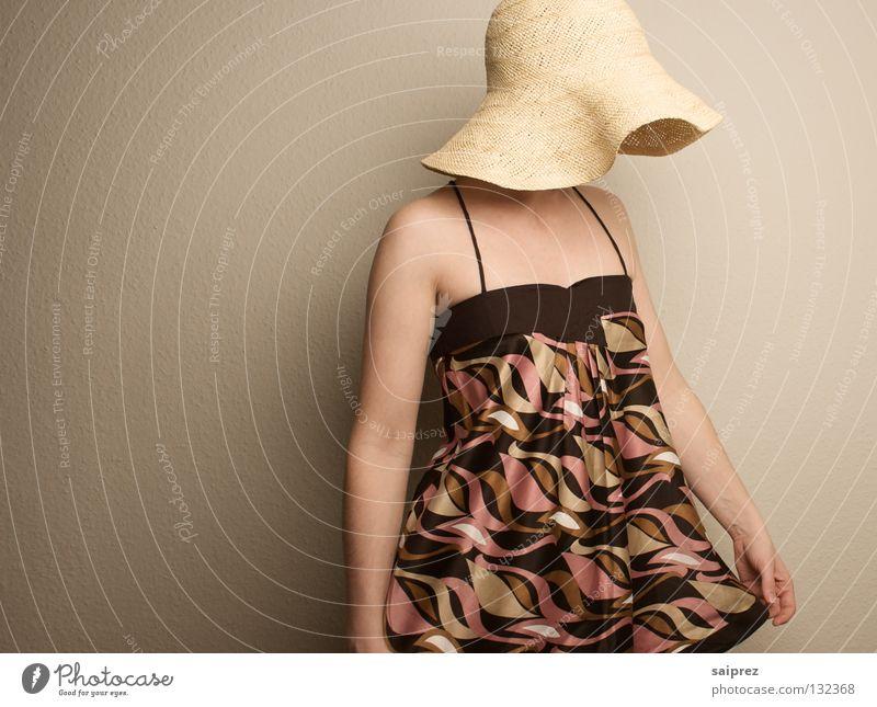 facedown Frau Strohhut Kopfbedeckung Top Muster Bekleidung Hut Trägertop Haut verdecktes Gesicht nach unten guckend Mode