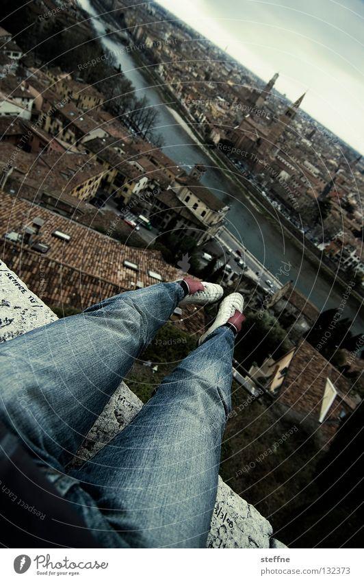 Skifliegen Schuhe Oberschenkel Hose Stadt Verona Italien historisch Etsch Horizont gefährlich Stuntman Am Rand Klippe Kirchturm Dach dramatisch Lebensgefahr