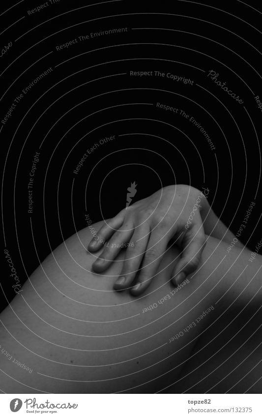 peak of body Hand Frau Akt Haut Körper Detailaufnahme berühren Schwarzweißfoto Bildausschnitt Anschnitt Freisteller Vor dunklem Hintergrund Textfreiraum oben