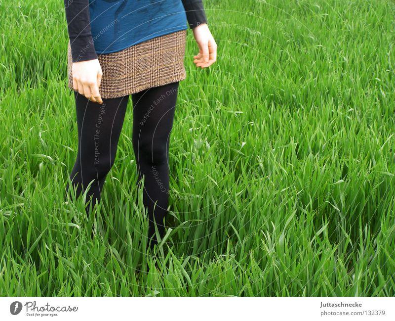 Feldfrüchte schwarz Frieden Frau verloren grün Gras Wiese gehen Raps Minirock quer stehen verwurzelt Frühling Kraft friedlich Juttaschnecke hohes Gras Natur
