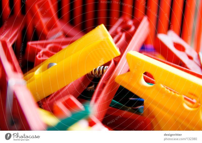 Wäsche online rot Sommer Farbe gelb hell nass Seil Fröhlichkeit Bekleidung Freundlichkeit trocken feucht Wäsche trocknen Klammer Wäscheleine