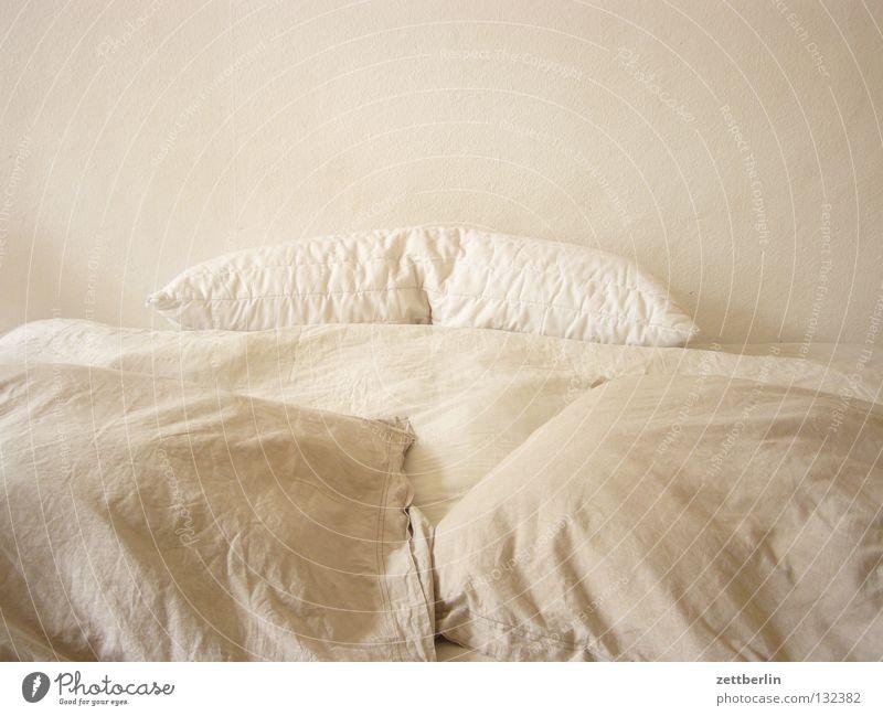 endlich natuerliche farben :) Bett schlafen Schlafzimmer Kissen Bettdecke Raufasertapete Erfurt Mittagsschlaf ruhig Pause harmonisch Möbel bettwurst