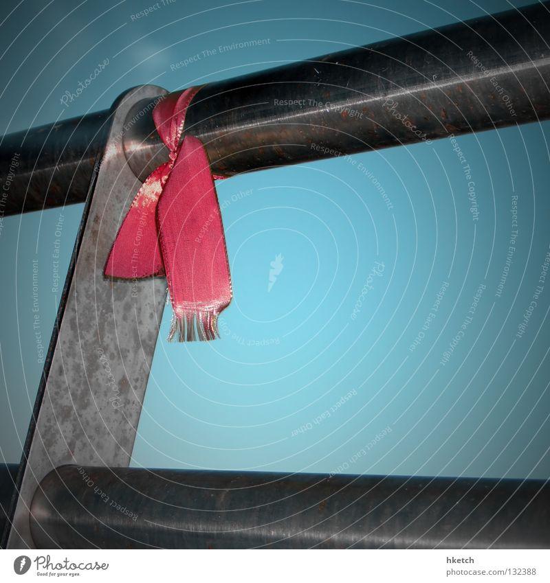 Tie a Yellow Ribbon 'Round the Old Oak Tree rot Schnur himmelblau Stahl kalt abweisend obskur Schilder & Markierungen Trauer Verzweiflung Geländer Himmel