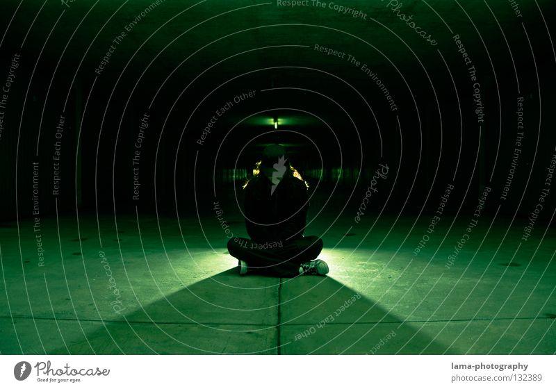 Shadows in the dark Frau Mensch grün schwarz Straße dunkel träumen Lampe Stimmung Beleuchtung Zeit Raum Mund Angst sitzen warten