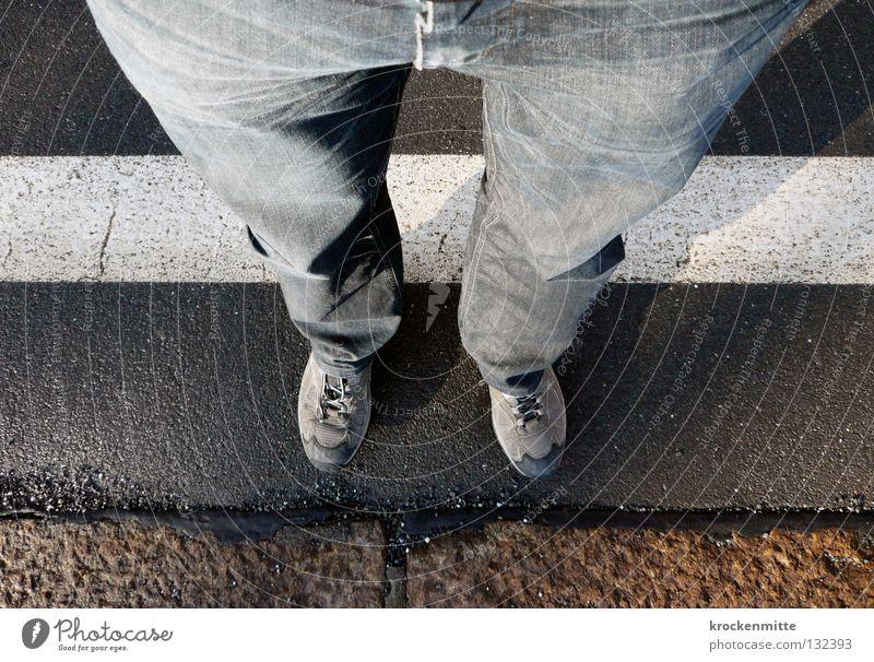 Grenzübertritt weiß Schuhe Linie Beine warten Jeanshose Asphalt Hose Grenze Falte Bahnhof Faltenwurf Zone Sperrzone Überschreitung