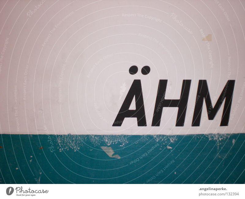 ähm Wand alt weiß dreckig rustikal schwarz groß Wort kurz Denken Innenaufnahme Momentaufnahme Buchstaben Schriftzeichen streichen mehrfarbig blau abgeplättert