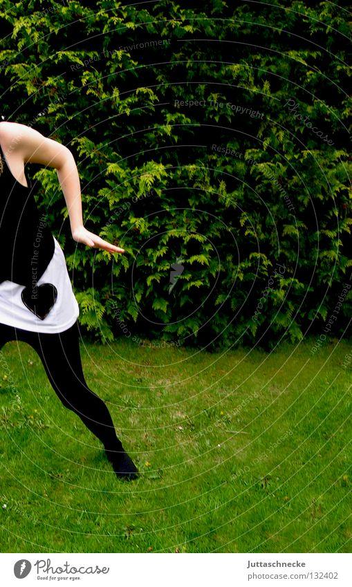 Ich bin dann mal weg Frau Gras schwarz weiß grün gehen laufen Strumpfhose kopflos Frühling Sommer Angst Panik Vergänglichkeit Garten Rasen Wiese Wege & Pfade