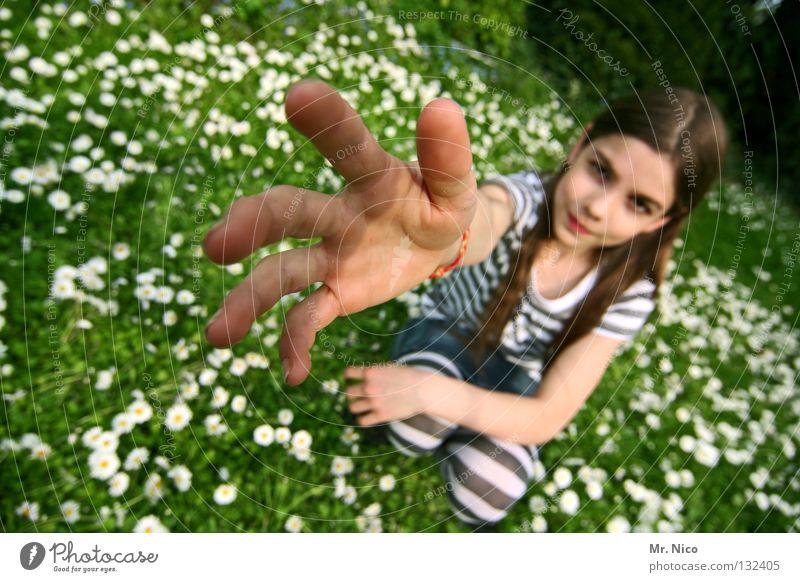 Miss Take Kind Hand schön Mädchen Gesicht Ferne Wiese Gefühle Garten Blüte braun Arme Haut Finger verrückt Streifen