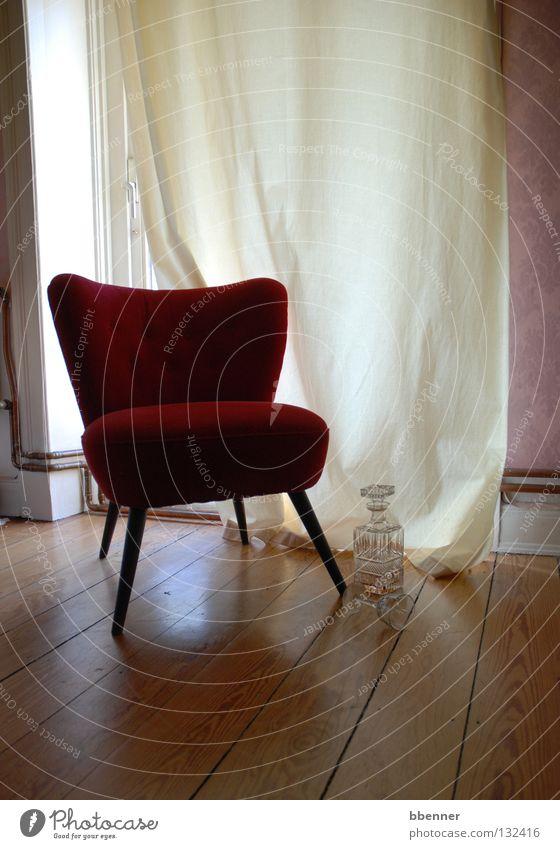 Ruhe sanft.... Sessel rot Holz Metallfeder Fünfziger Jahre bequem weich Vorhang Fenster Champagner Holzfußboden Altbau Wand Likör Spirituosen antik ruhig