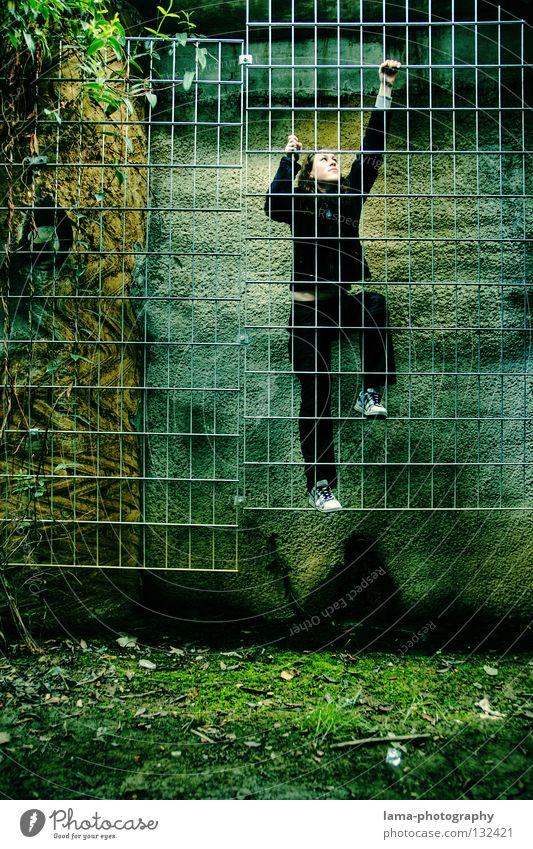 The sweet escape steigen aufsteigen Ausgang Notausgang Urwald Ranke Liane Kletterpflanzen Erreichen grün Stadt fremd Frau Jugendliche Ausbruch driften gefangen