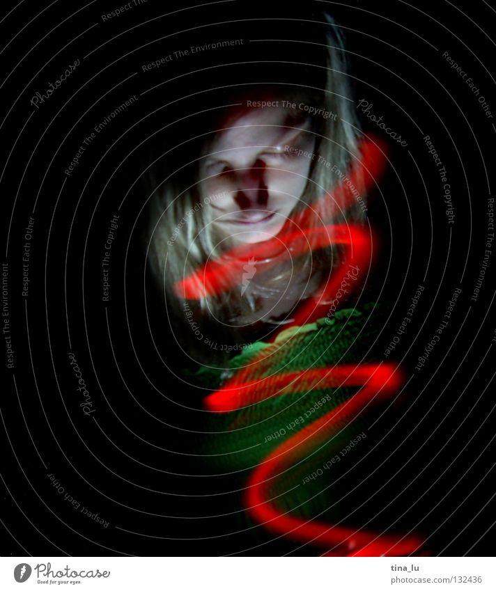 komm ins licht... nachtrag rot Licht grün Kleid Streifen dunkel Lichtspiel Experiment Langzeitbelichtung Frau Wasserwirbel Spirale Geisterstunde Ampel Lampe