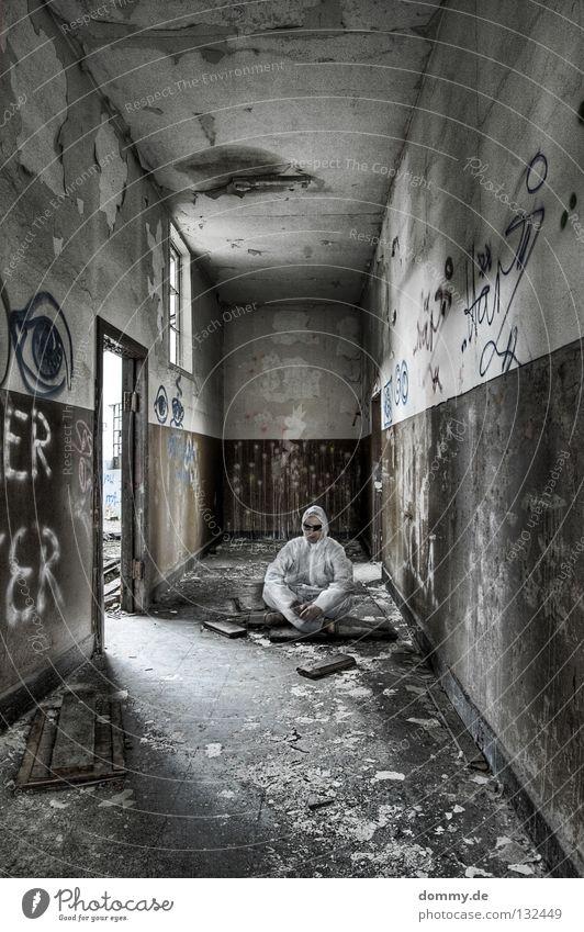 CSI: Chillout Mann alt weiß Einsamkeit Fenster Wand Graffiti Holz braun Tür Schuhe dreckig planen stehen Sauberkeit verfallen