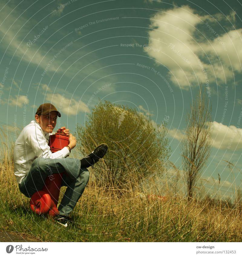 LIEBE MACHEN Hydrant Unsinn rot weiß Kerl Mann maskulin Jugendliche Gras Sträucher Wiese Baum Strommast Wolken Industrielandschaft Handwerk Umarmen Kuscheln