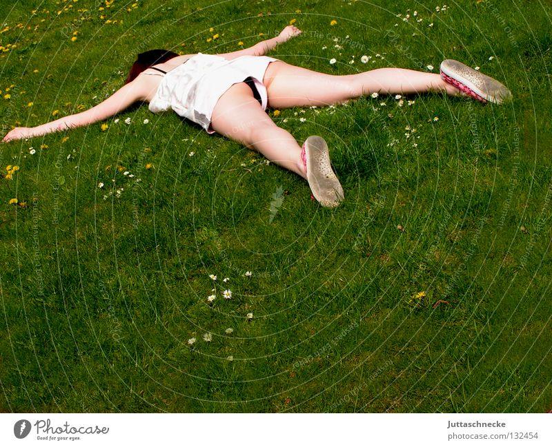 Träume dauern ewig Frau liegen ausgestreckt flach Knockout Müdigkeit schlafen Wiese Gras Blumenwiese Misserfolg umgefallen umfallen fertig Gelächter