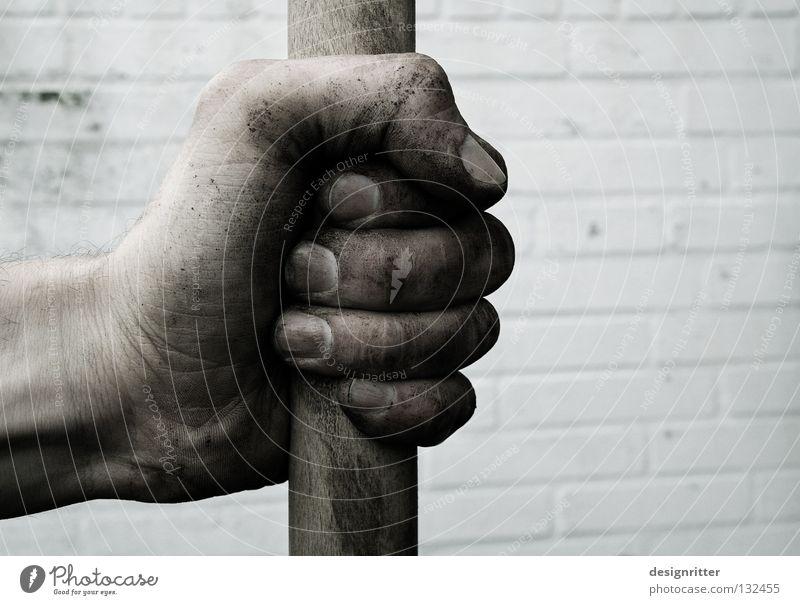 Nur die harten … Hand Arbeit & Erwerbstätigkeit Garten Park dreckig Erde Kraft Gewalt stark verstecken Kriminalität Gartenarbeit Faust Krimineller Schaufel