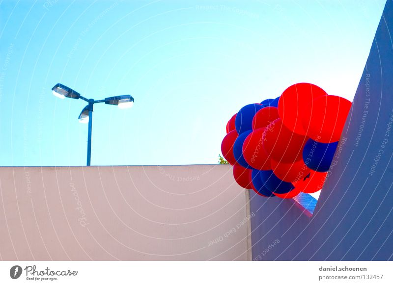 ich habe da noch eins Luftballon Party zyan rot hell-blau Gegenlicht Detailaufnahme Geburtstag Himmel Sonne Beleuchtung Wetter lampe. mauer usertreffen