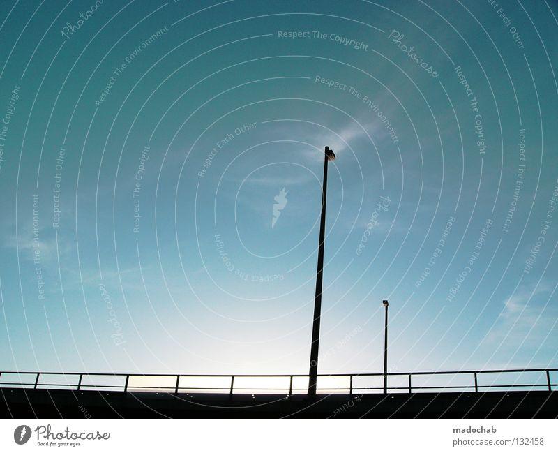 STREETLIGHTS Laterne Gegenlicht Duell Gegner gegeneinander Zusammensein Gegenüberstellung einfach graphisch Verkehr Brücke Himmel blau urbanlove madochab